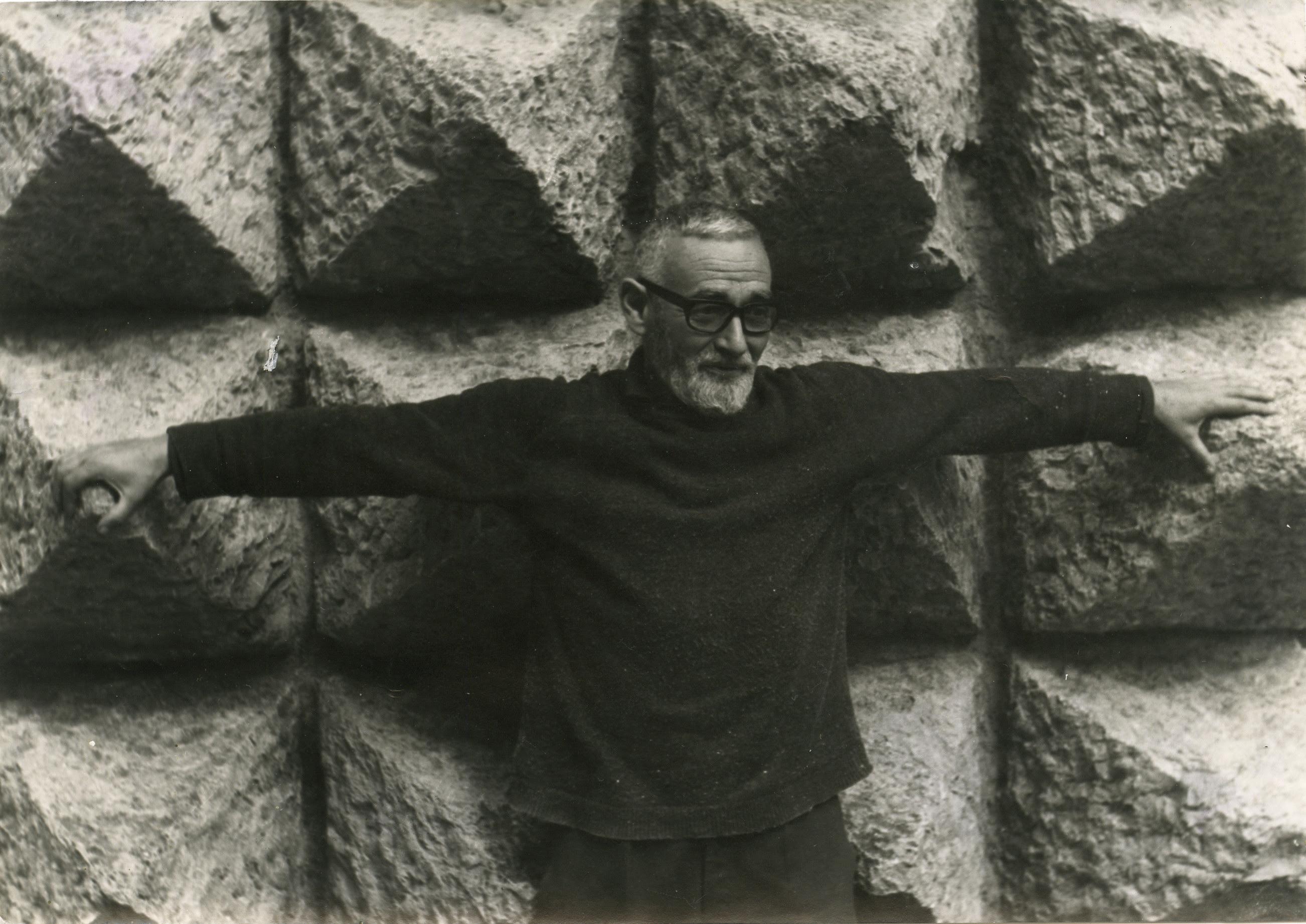 Oteiza Museoa etxean: Jorge Oteizaren Apostoluen Frisoaren instalazioa Arantzazun 1969an